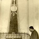 AJ Kluyver at the grave of Antoni van Leeuwenhoek